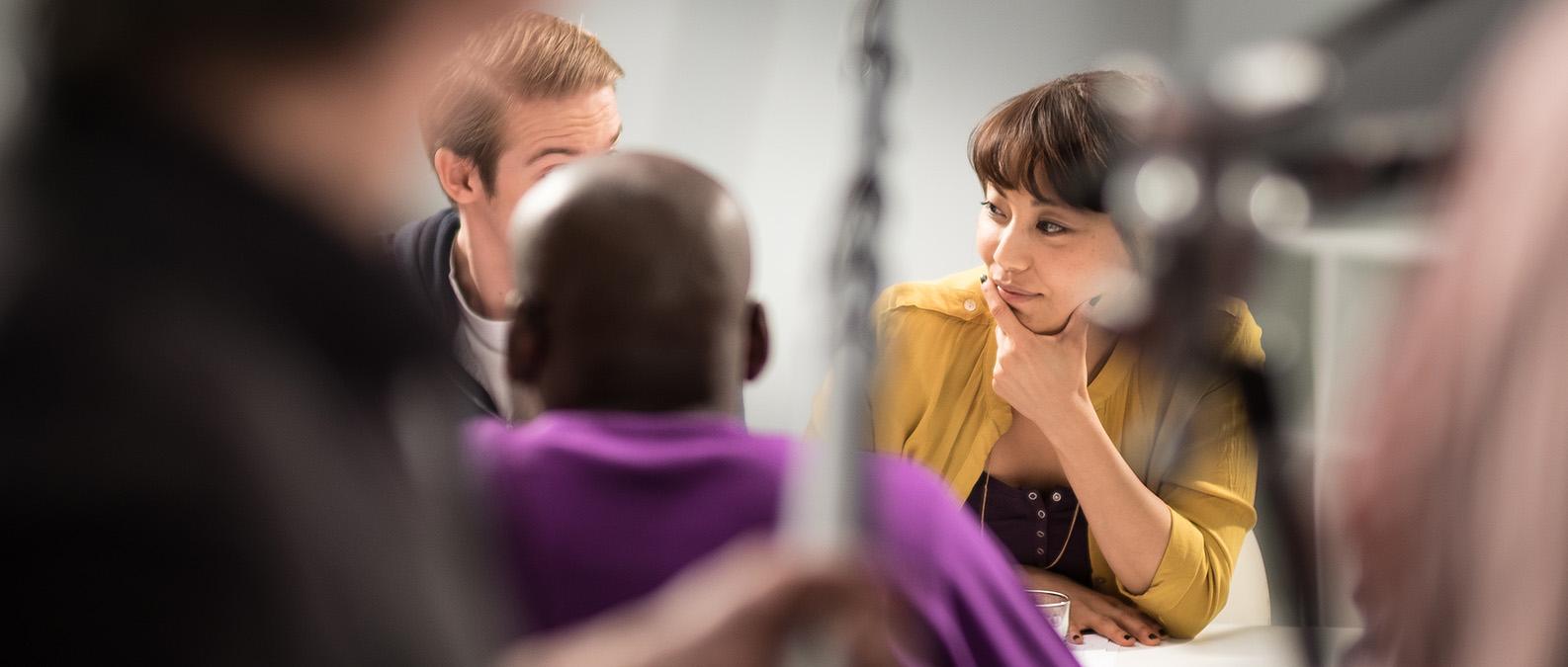 Filminspelning informationsfilm kvinna ser fundersam ut