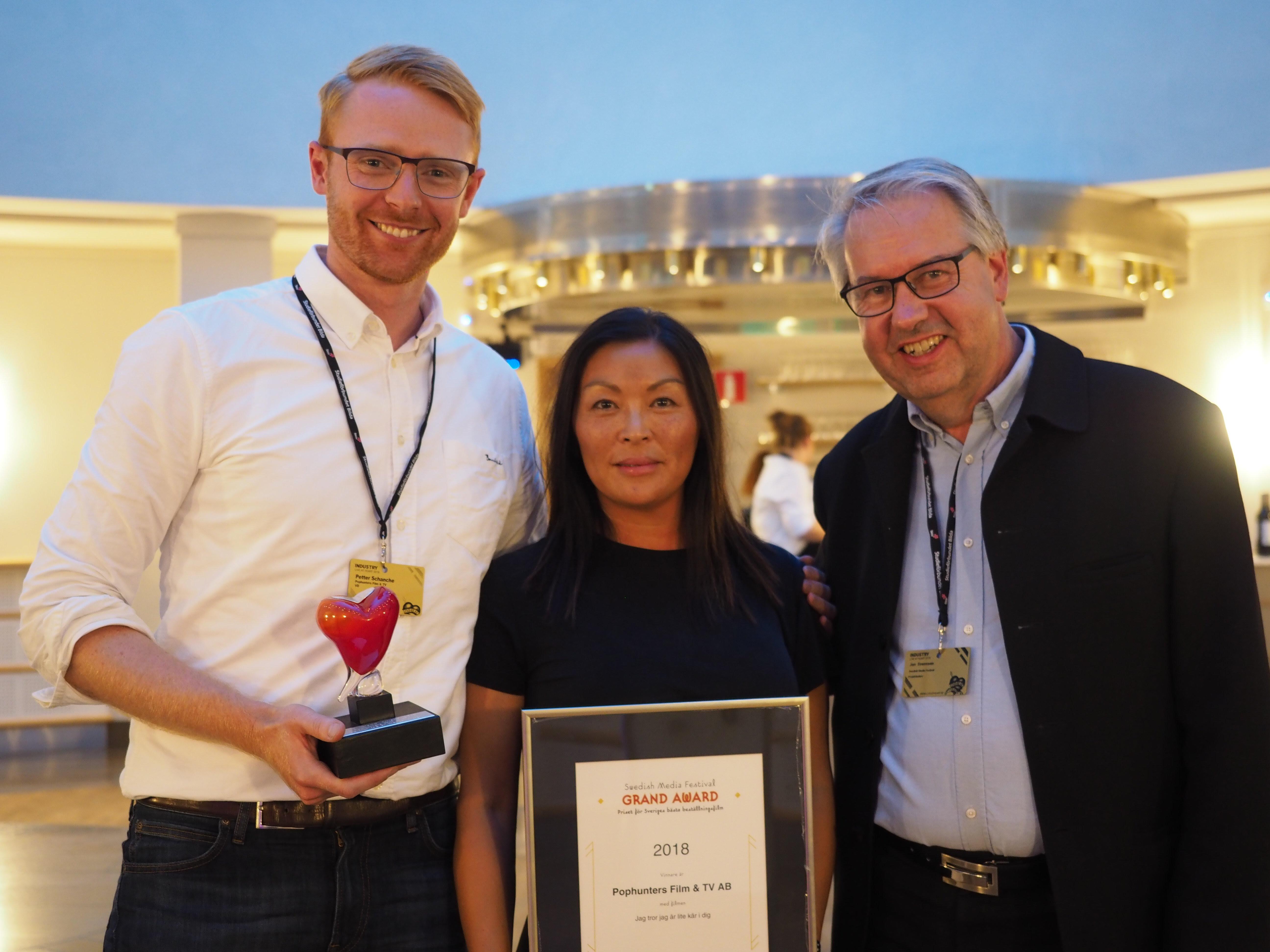 Pophunters VD Petter Schanche och Petra Falk från Aktiv Skola tar emot priset för Sveriges Bästa Beställningsfilm 2018